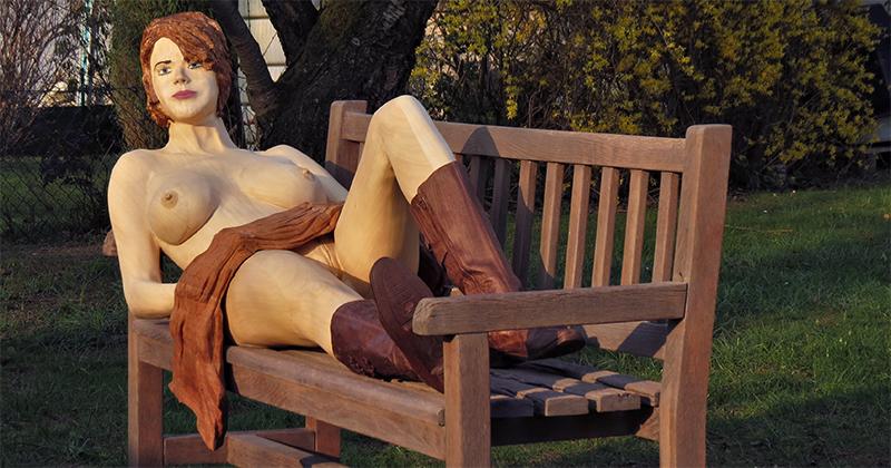 Ganzkörper Holzstatur June im Park